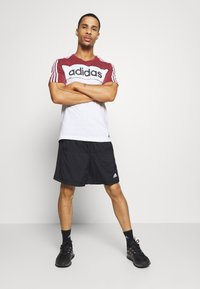 adidas Performance - ESSENTIALS TRAINING SPORTS SHORT SLEEVE TEE - Camiseta estampada - legred/white/black - 1