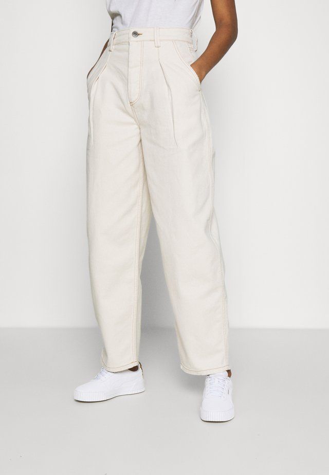 ERIN COCOON - Jeans baggy - ecru