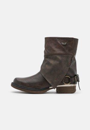 SHANAHEE - Cowboy/biker ankle boot - marron