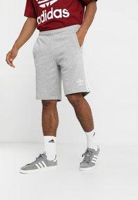 adidas Originals - 3-STRIPE UNISEX - Pantalon de survêtement - medium grey heather - 0