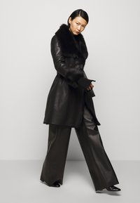 STUDIO ID - FLO SHEARLING COAT - Wollmantel/klassischer Mantel - black - 4