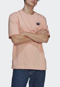 adidas Originals - ABSTRACT TEE UNISEX - Print T-shirt - dust pink - 3