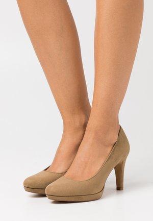 High heels - mud