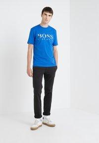 BOSS - TAUCH 1 10208401 01 - Triko spotiskem - medium blue - 1