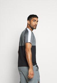 Nike Performance - DRY - Camiseta estampada - black/smoke grey/white - 2
