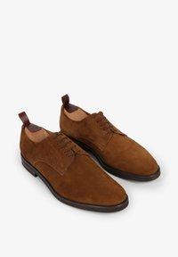 Scalpers - Sznurowane obuwie sportowe - brown - 1