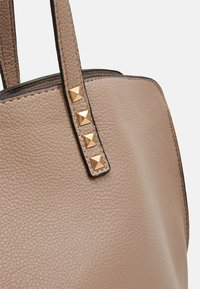 New Look - PRIYA PYRAMID STUD DETAIL HOBO - Shoppingveske - mink - 3