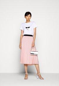 KARL LAGERFELD - IKONIK CHOUPETTE - T-shirt z nadrukiem - white - 1