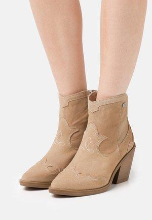BRISA SUN - Cowboy/biker ankle boot - nude