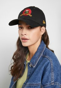 New Era - LOONEY TUNES CHASE FORTY - Pet - black - 4