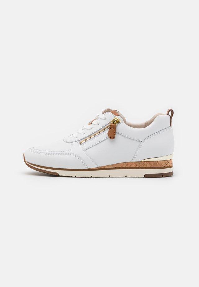 Sneakers laag - weiß/cognac