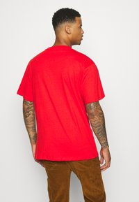 Karl Kani - SMALL SIGNATURE TEE UNISEX - Print T-shirt - red - 2