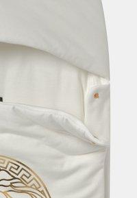 Versace - OUTDOOR NEST PRINT MEDUSA UNISEX - Dětský spací pytel - white/gold - 2