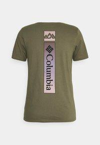Columbia - RAPID RIDGE BACK GRAPHIC TEE II - Print T-shirt - stone green triple peak - 1