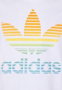 adidas Originals - TREF OMBRE UNISEX - T-shirt med print - white - 5