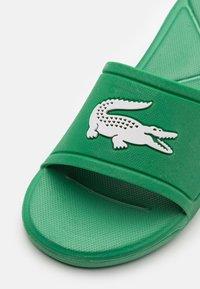 Lacoste - L.30 SLIDE - Pantofle - green/white - 5