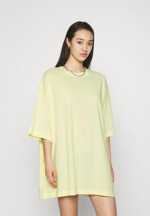 HUGE - Basic T-shirt - yellow