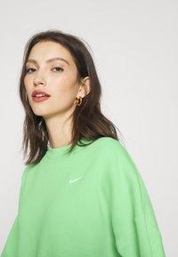 Nike Sportswear - CREW TREND - Sweatshirt - cucumber calm/white - 3