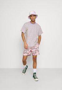 Santa Cruz - BARBED - Shorts - pink - 1