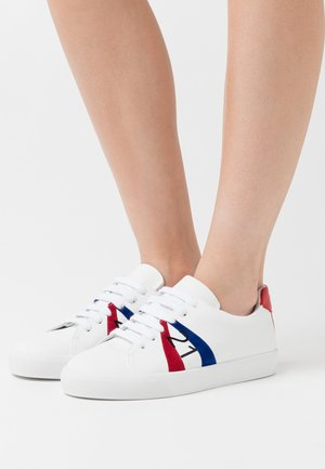 GYMNIC - Trainers - white/red/blue