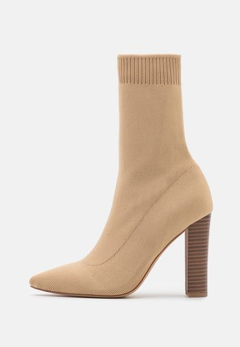 STACKED HEEL POINTED TOE