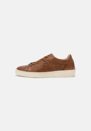 FERLY - Sneakersy niskie - cognac