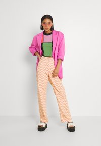 The Ragged Priest - WAVE - Relaxed fit jeans - pink/yellow - 1