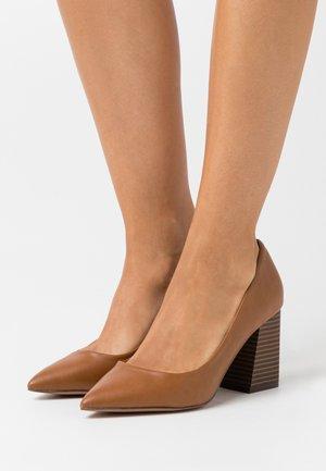 VICKKI - Classic heels - cognac