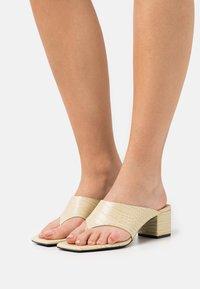 Monki - VEGAN JILA  - Sandály s odděleným palcem - beige/medium dusty - 0