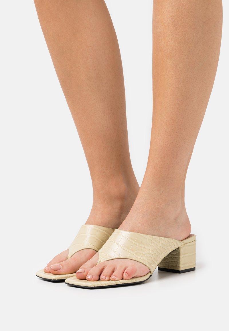 Monki - VEGAN JILA  - Sandály s odděleným palcem - beige/medium dusty