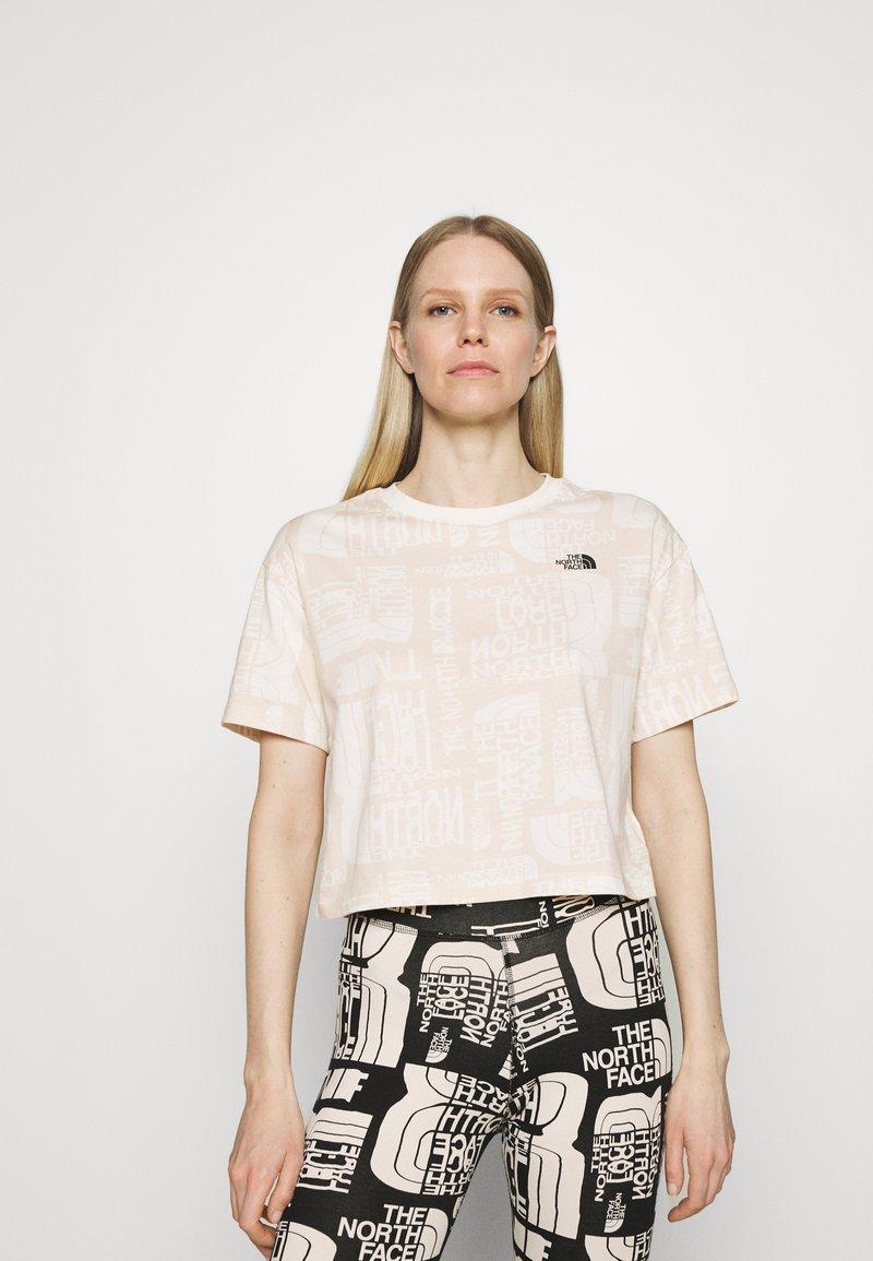 The North Face - DISTORTED LOGO CROP TEE - Camiseta básica - vintage white