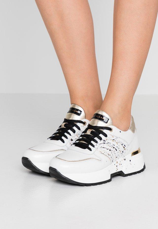 LOREN  - Sneakersy niskie - bianco/oro