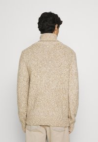 TOM TAILOR - TURTLE NECK SWEATER - Stickad tröja - white/camel - 2
