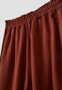 PULL&BEAR - Spodnie materiałowe - brown - 2