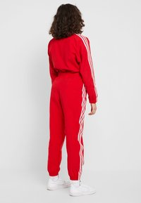 adidas Originals - LOCK UP ADICOLOR NYLON TRACK PANTS - Pantalones deportivos - red - 2