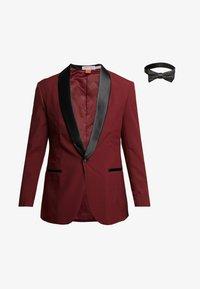 OppoSuits - HOT TUXEDO - Kostuum - burgundy - 11