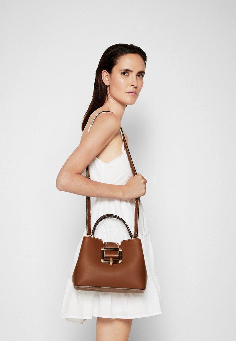 Bally - JORAH TOP HANDLE - Handbag - cuero
