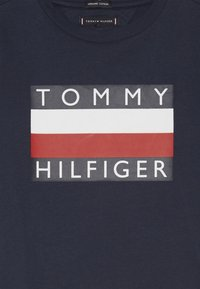 Tommy Hilfiger - ESSENTIAL TEE - Printtipaita - blue - 3