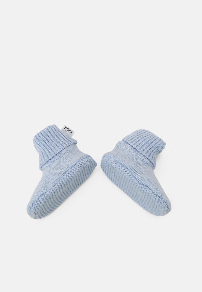 BOSS Kidswear - PULL ON HAT SLIPPERS BOX SET UNISEX - Čepice - pale blue