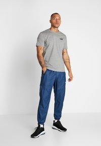 Puma - SMALL LOGO TEE - T-shirt - bas - medium grey heather - 1