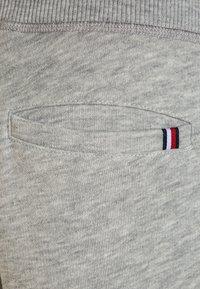 Tommy Hilfiger - BOYS BASIC  - Teplákové kalhoty - grey heather - 2