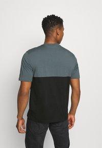 adidas Originals - SLICE BOX - T-shirts print - black/blue oxide - 2
