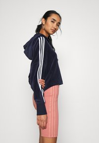 adidas Originals - ADICOLOR SPORTS INSPIRED LOOSE HOODED - Mikina s kapucí - collegiate navy/white - 3