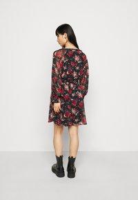 VILA PETITE - VIBROOKLY DRESS PETITE - Denní šaty - black/jester red - 2