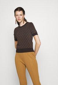 MICHAEL Michael Kors - LOGO  - T-shirt imprimé - chocolate - 0