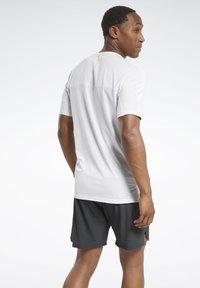 Reebok - ACTIVCHILL GRAPHIC MOVE T-SHIRT - Funktionsshirt - white - 2