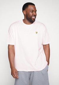Lyle & Scott - Basic T-shirt - strawberry cream - 0