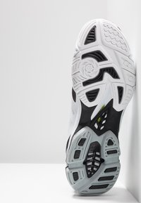 Mizuno - WAVE LIGHTNING Z5 - Volleyball shoes - white/black/safety yellow - 4