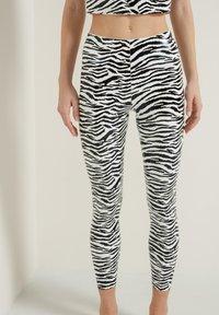 Tezenis - GLÄNZENDE - Leggings - Trousers - bianco st.zebra - 0