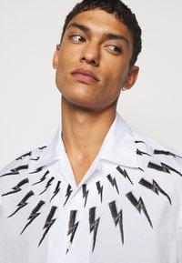 Neil Barrett - FAIR ISLE THUNDERBOLT PRINT HAWAIIAN - Vapaa-ajan kauluspaita - white/black - 3